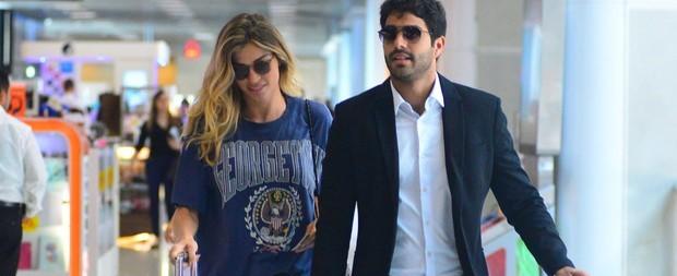 Grazi Massafera embarca no aeroporto com o namorado Patrick Bulus