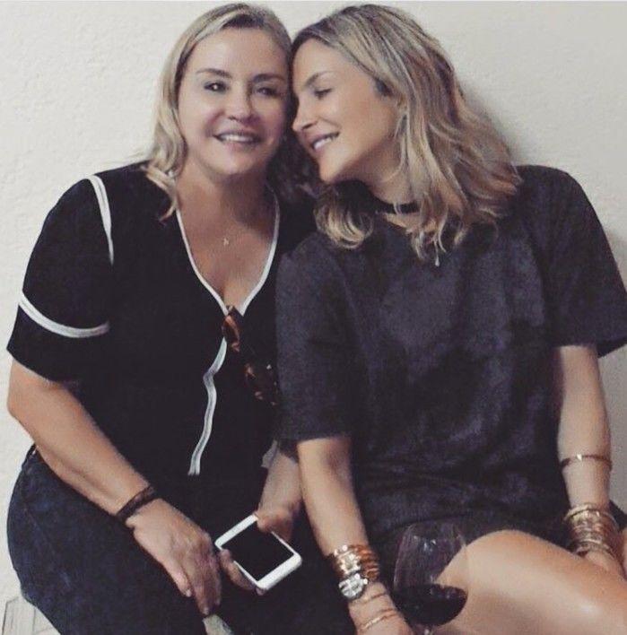 Claudia Leitte ao lado da mãe,  Dona Ilna (Crédito: Reprodução)