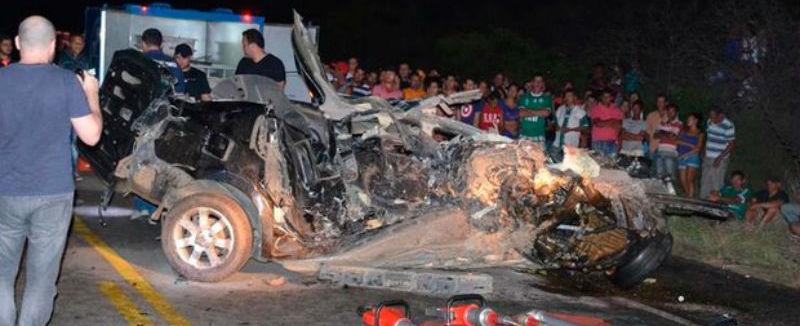 Colisão frontal entre veículos deixa casal morto em rodovia; fotos