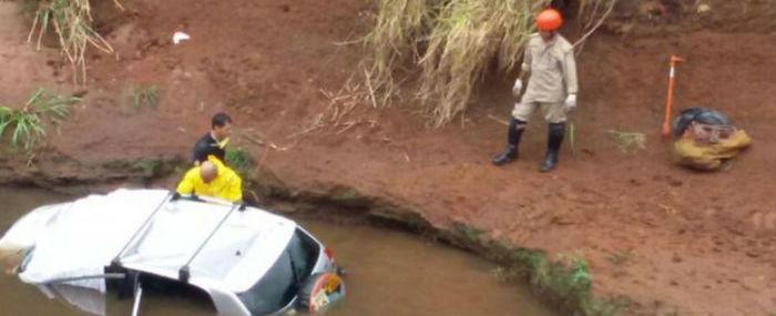 Três corpos são encontrados em carro dentro de córrego