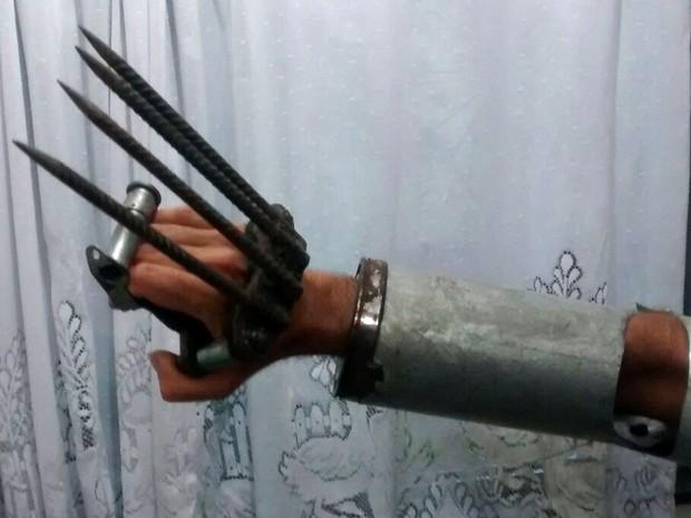 Homem foi detido com garras de metal e um facão  (Crédito: Reprodução)