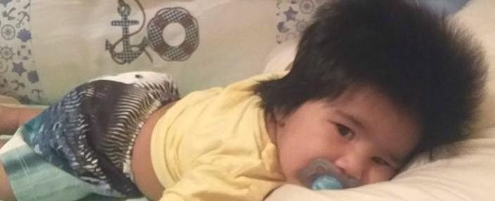 Bebê cabeludo chama atenção de curiosos e ganha apelido de pandinha