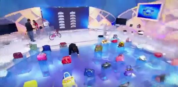 Silvio não percebe degrau, tropeça e cai no palco durante programa