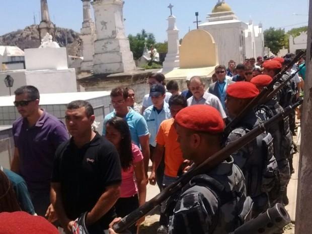 Policial é enterrado em cemitério em Quixadá (Crédito: Divulgação)