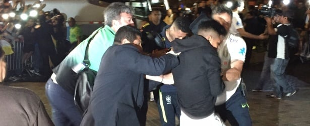 Fã dribla segurança e agarra Neymar em chegada confusa da seleção