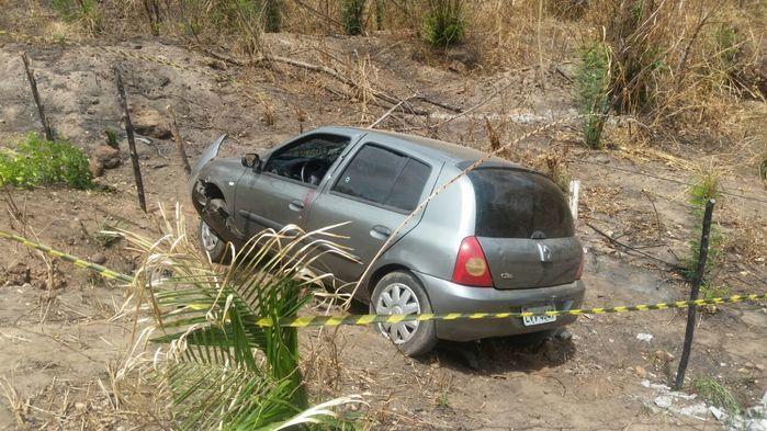 Veículo caiu em uma ribanceira (Crédito: Reprodução)