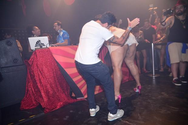 Thammy chegou até dar um 'tapinha' na bunda de uma drag (Crédito: Amauri Nehn/Brazil News)