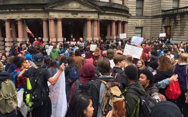 Estudantes protestam contra Trump nos EUA (Crédito: Twitter)