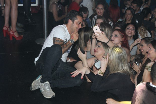 Thammy Miranda atende as fãs (Crédito: Amauri Nehn/Brazil News)