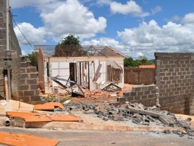 Moradores destroem casa de mulher que matou filha de 2 anos em Lavras (Crédito: Reprodução)