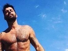 Ricky Martin ostenta barriga tanquinho em rede social