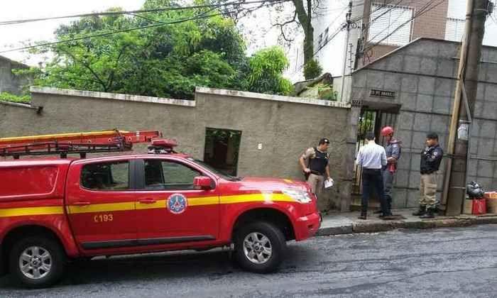 Muro desaba sobre casa e mata mulher após forte chuva