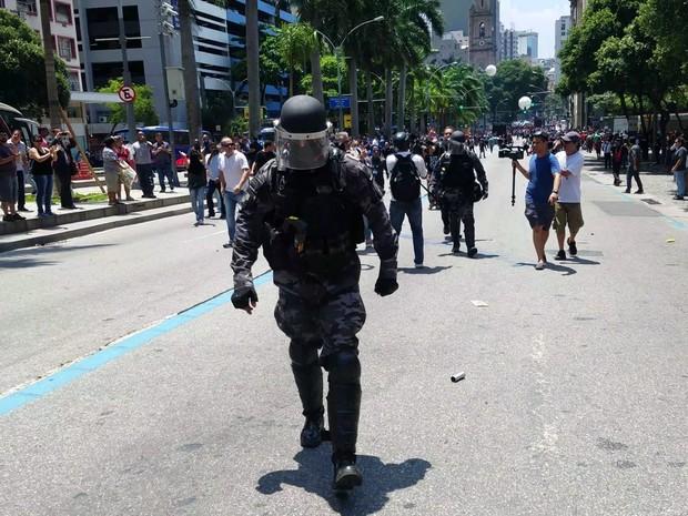 PM deixou cerco a Alerj e foi ovacionado por manifestantes (Crédito: Julio Trindade)