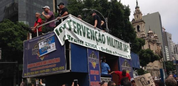 Manifestantes em carro pedem intervenção militar