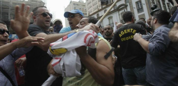 Grupo de manifestantes se confrontam