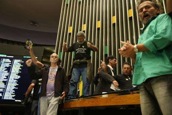 Manifestantes invadiram o plenário da Câmara dos Deputados, houve tumulto e a sessão foi suspensa  (Crédito: Agência Brasil)