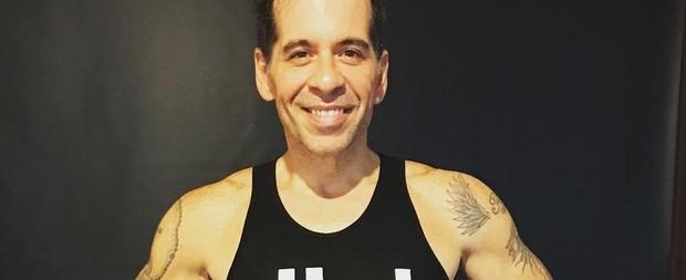 Leandro Hassum exibe braços fortes ao posar sem camisa
