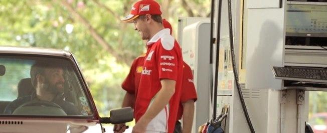 Vettel surpreende motoristas se passando por frentista em posto