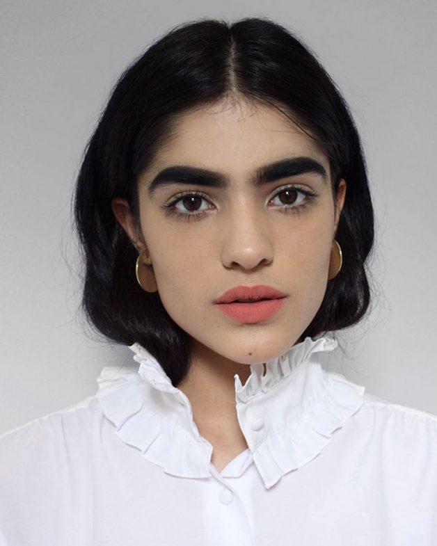 Jovem que sofria bullying por conta da sobrancelha vira modelo