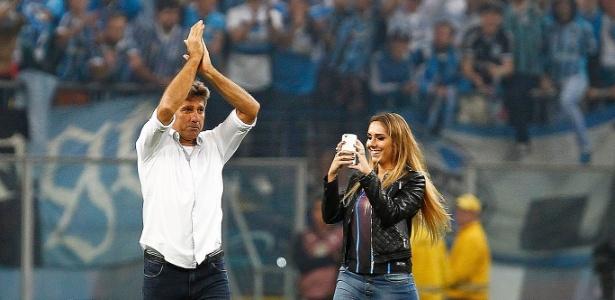 Renato Gaúcho comemora vaga na final ao lado da filha Carol Portaluppi no gramado da Arena Grêmio (Crédito: Reprodução)
