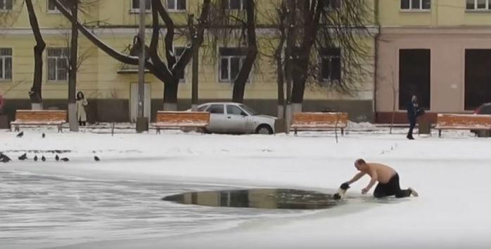 Homem se arrisca para salvar cachorro de lago congelado