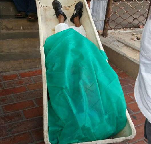 Corpo é retirado do local que funciona como motel (Crédito: Miguel Mendes)