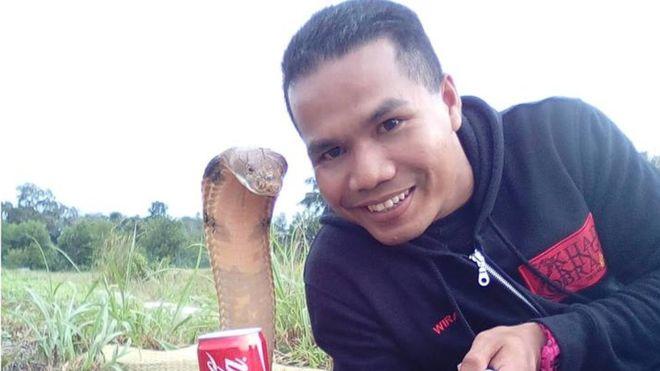 Abu Zarin Hussin tira selfie com uma das suas quatro cobras; ele diz que tenta entender o comportamento do réptil (Crédito: Arquivo Pessoal)