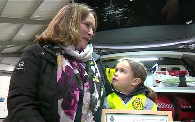 Garota ganhou visita ao centro de emergência da polícia  (Crédito: BBC)