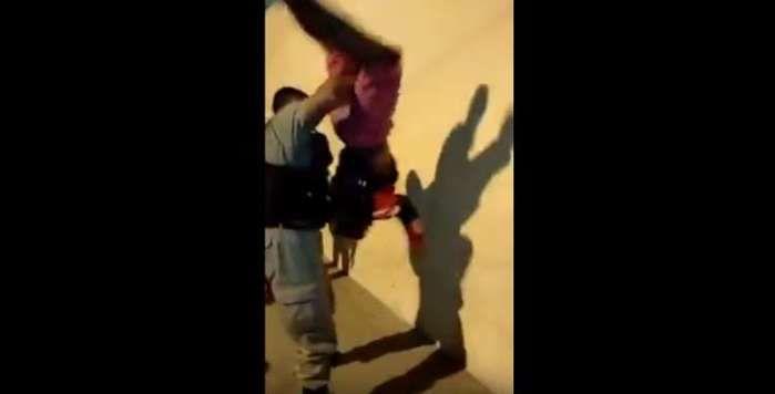 Policial vira suspeito de cabeça para baixo durante abordagem