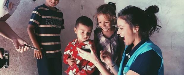 Bruna Marquezine visita campo de refugiados no Líbano