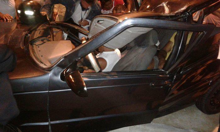 Ocupantes ficaram presos no carro em acidente na avenida Poti (Crédito: Reprodução)