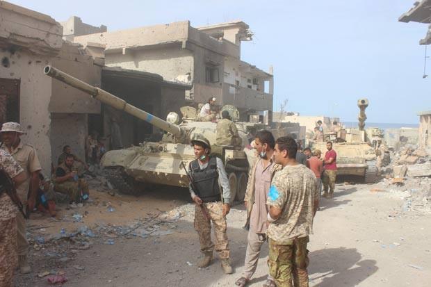 Líbia vive um caos desde 2011, quando a comunidade internacional apoiou o levante rebelde em Benghazi e contribuiu militarmente para a queda de Kadhafi (Crédito: Reuters)