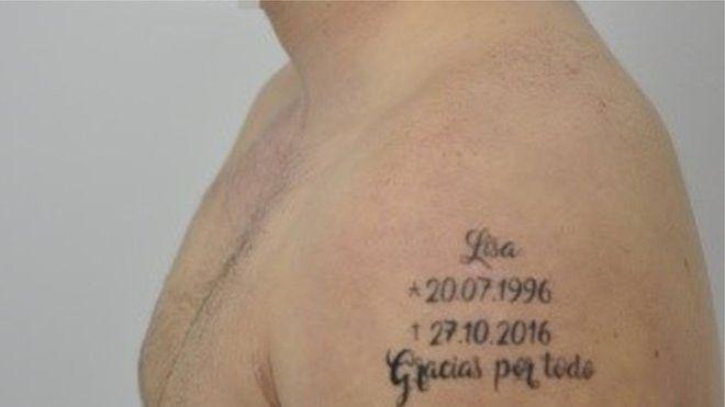 """Tatugem mostra nome da vítima com datas de nascimento e morte e a frase """"Obrigado por tudo"""" (Crédito: Reprodução)"""