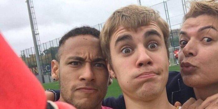 David Brazil posa com Justin Bieber e Neymar em treino do Barça
