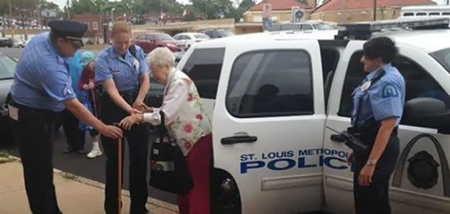 Mulher de 102 anos realiza sonho de ser presa