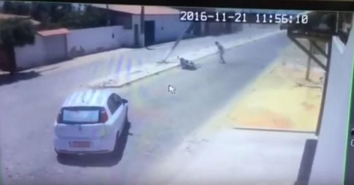 Momento em que o poste cai sobre o motociclista (Crédito: Reprodução)