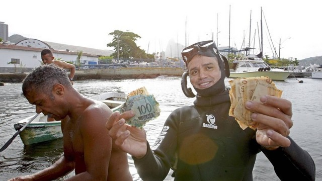 Notas foram encontradas no mar da Urca (Crédito: Urbano Erbiste)