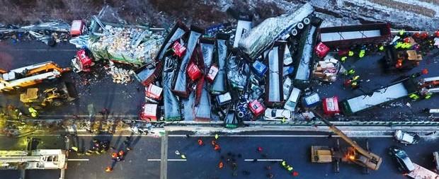 Engavetamento envolvendo 56 veículos deixa 17 mortos na China