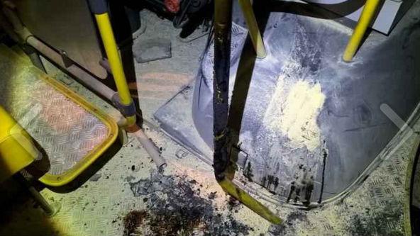 Criança de 9 anos é baleada e e moradores colocam fogo em ônibus