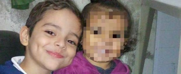 """Mãe se desespera em enterro do filho morto em aula:""""Volta para mim"""""""