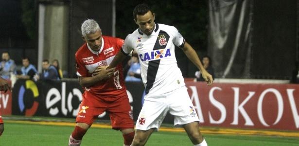 Olívio, volante do CRB, em ação contra o Vasco na Série B (Crédito: Reprodução)