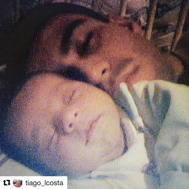 Tiago Costa com o filho bebê