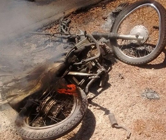 Motocicleta da vítima pegou fogo (Crédito: Reprodução)