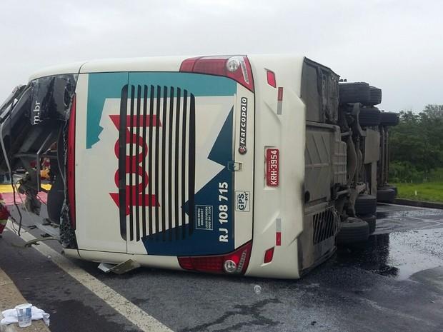 Acidente com ônibus deixa 20 pessoas feridas em São Paulo