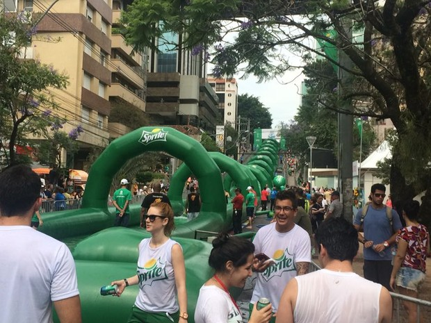 Toboágua gigante reúne público em domingo de calor em Porto Alegre