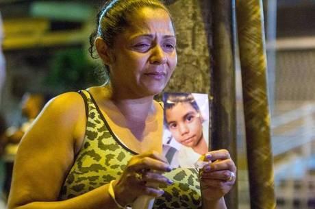 Terezinha de Jesus mostra a foto do filho morto por policiais