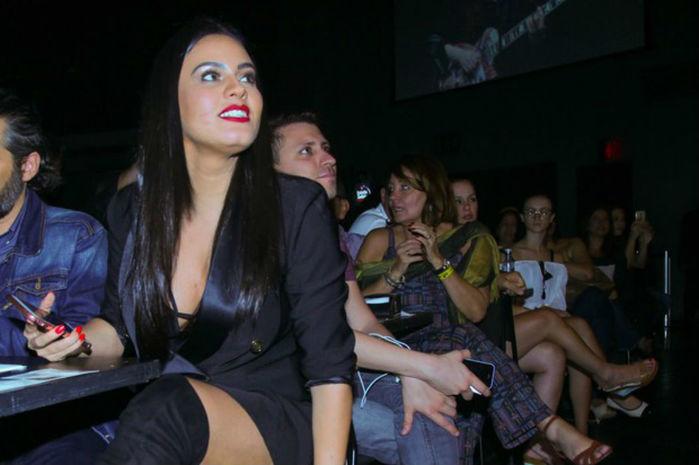 Letícia Lima usa decote e pernas de fora em show de Ana Carolina