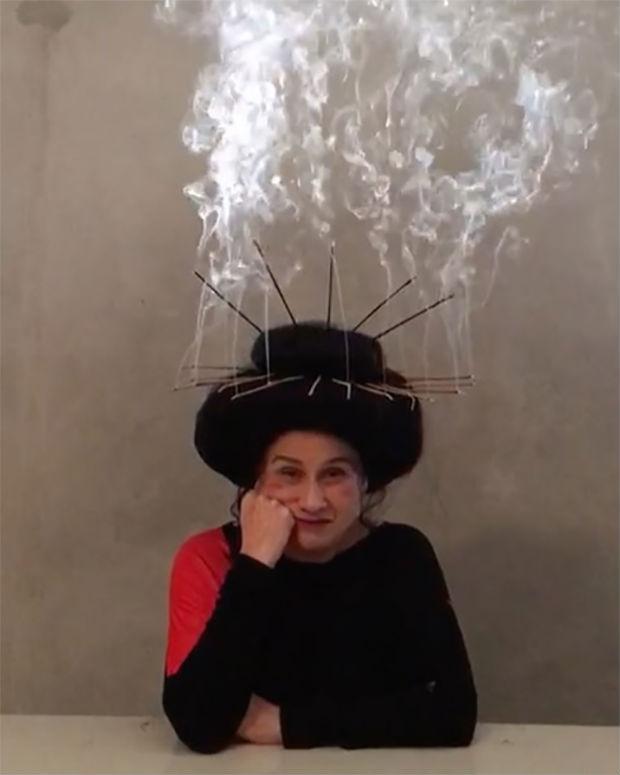 Vera Holtz posa com incensos na cabeça: 'Pletora do Descarrego'