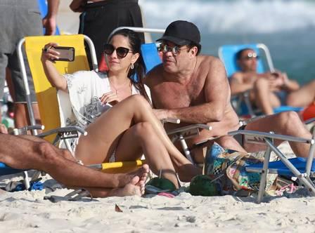 Sérgio Malandro curte praia com namorada (Crédito: Cristiana Silva)