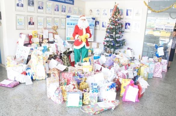 Entrega de presentes da campanha Papai Noel dos Correios  (Crédito: Reprodução)